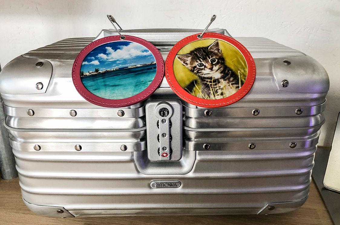 Zwei Kofferanhänger an Rimova Koffer