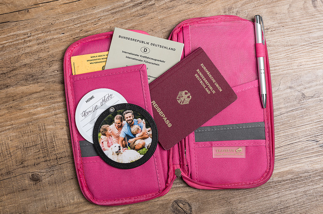Kofferanhänger in Mappe mit Ausweis