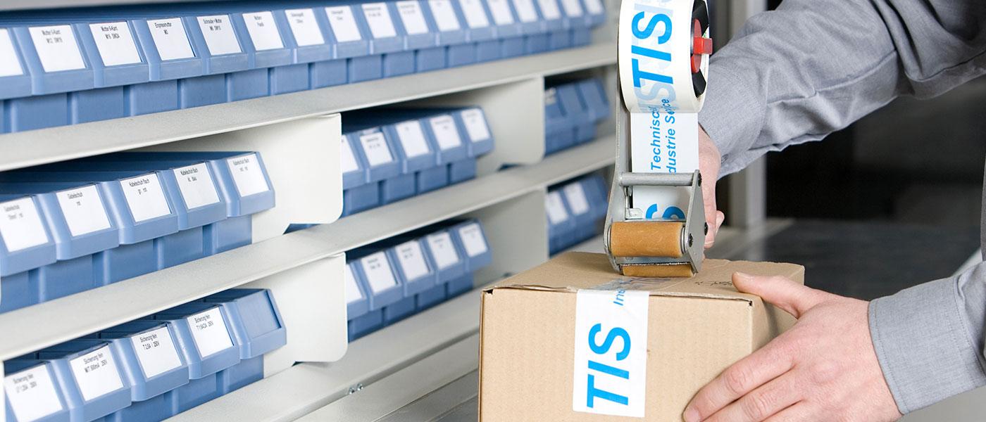 TIS-Mitarbeiter verschließt Paket