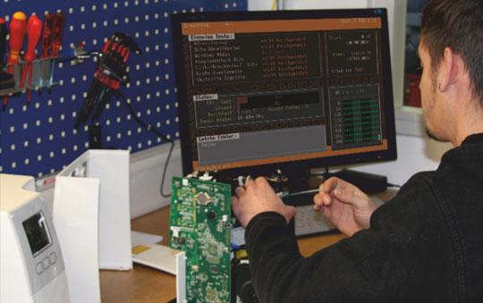 TIS-Mitarbeiter an PC