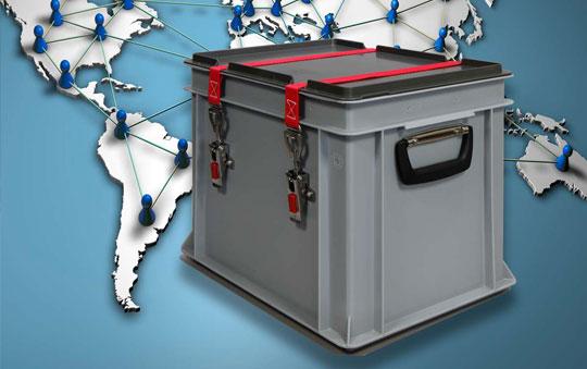 Verschlossene Box vor Weltkarte