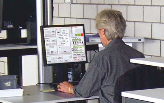 TIS-Mitarbieter an PC