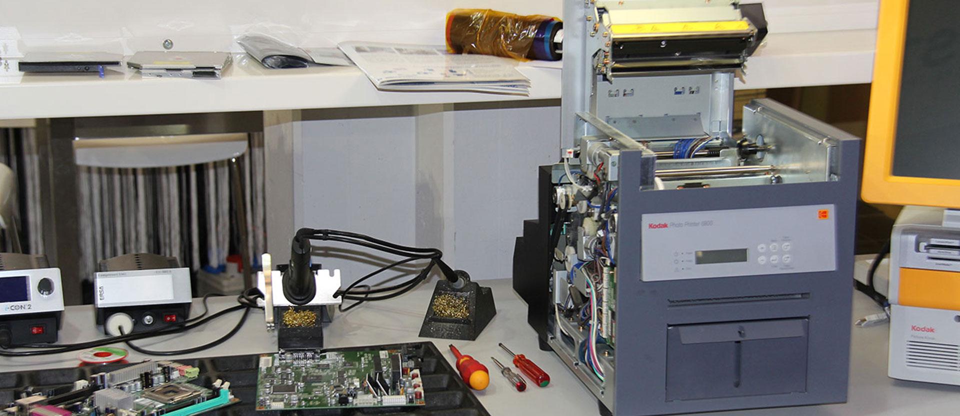 In Bauteile zerlegter Drucker